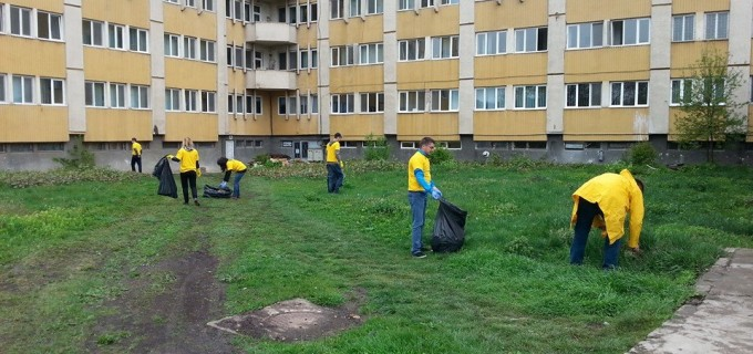 Tinerii PNL-iști au ecologizat parcul din curtea Spitalului Municipal