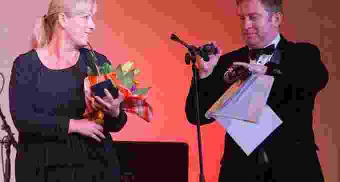 """Narcisa Pintea, managerul Teatrului """"Aureliu Manea"""" Turda, premiată la Gala Premiilor Media de Excelenţă"""
