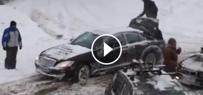 Metoda prin care un sofer si-a scos Mercedesul din zapada. Filmarea a strans peste 514.000 de vizualizari