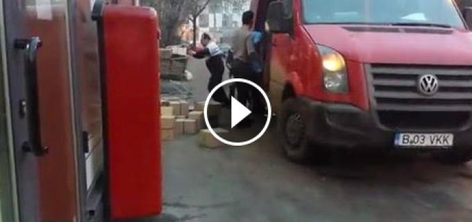 """VIDEO: Doi angajati ai Postei descarca colete dintr-o masina aruncandu-le practic ca pe niste """"gunoaie""""."""