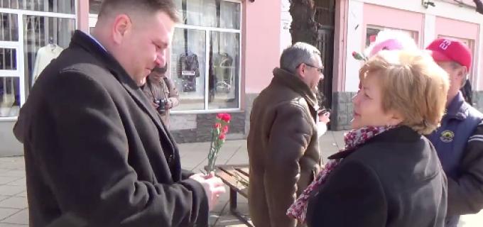 Liberalii turdeni au dăruit flori doamnelor și domnișoarelor