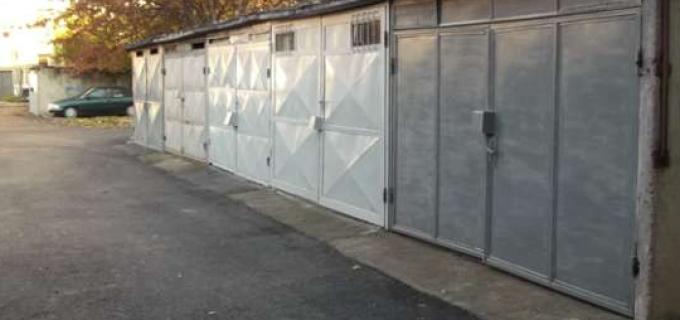 Aveți grijă unde parcați. Un proprietar de garaj a distrus un autoturism care i-a blocat accesul.
