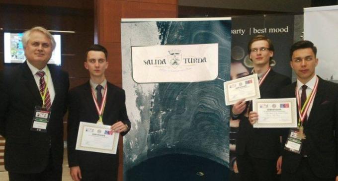 Primăria felicită medaliaţii de la Conferinţa Internaţională a Tinerilor Cercetători desfăşurată în Turcia