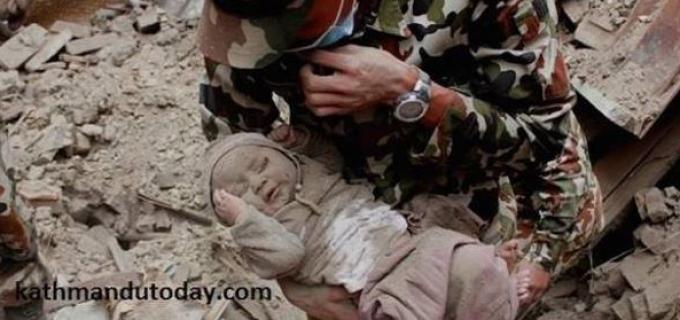 FOTO! Miracolul din Nepal! Un bebeluș de patru luni a fost scos de sub mormanele de moloz