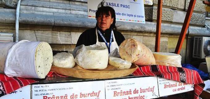 O turdeancă face brânza de burduf așa cum îi place românului: cu ardei, ceapă și busuioc!
