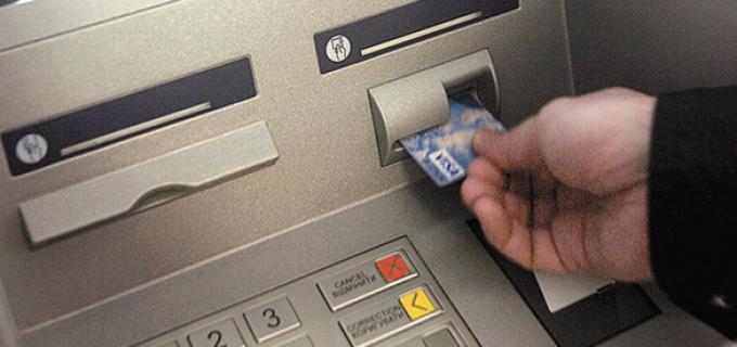 Sute de români s-au dus la bancomate să scoată bani de pe cardurile de sănătate