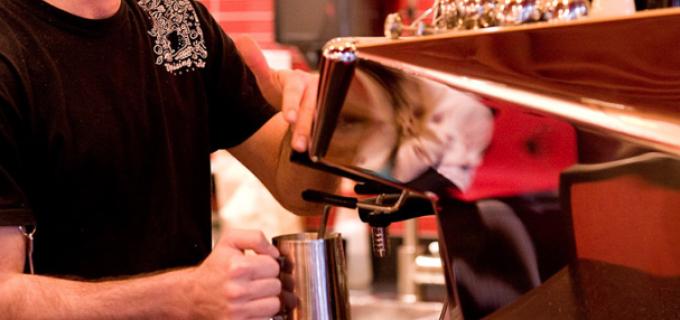 Cafenea din Turda angajeză urgent  BARMAN şi OSPĂTAR.
