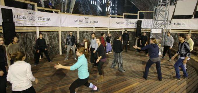 """Turdenii pot învăța să joace teatru în Salina Turda! Moment inedit în cadrul Festivalului """"Teatru pe Drumul Sării"""""""