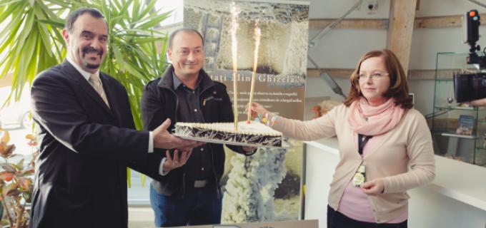 VIDEO Exclusiv: Salina Turda a premiat azi vizitatorul cu numarul 500.000 in anul 2015!