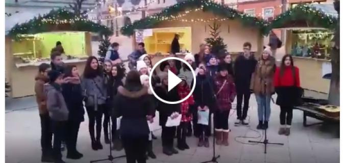 VIDEO: Corul de copii coordonat de Denisa Gherasim a colindat la Târgul de Iarnă