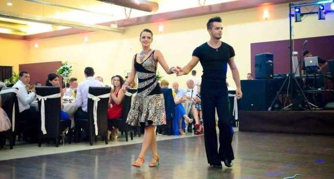 Alin și Maria, doi tineri turdeni care dansează la evenimente: