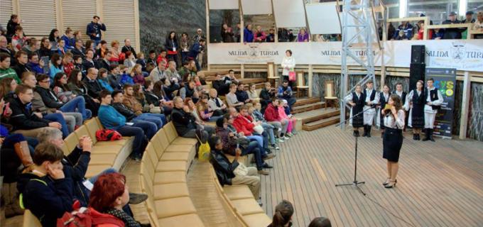 """VIDEO: Participanții la Conferinta ICYS, în vizită la Salina Turda. Ramona Dragoste și """"Fiii Moților"""" au făcut spectacol în amifiteatrul Minei Rudolf"""