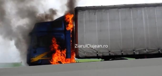 VIDEO: Un TIR a luat foc în timp ce se deplasa de la Turda spre Cluj-Napoca