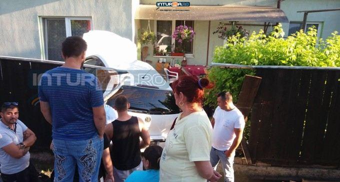 Foto/Video: Accident ciudat la Turda. A sarit cu masina in curtea unei case