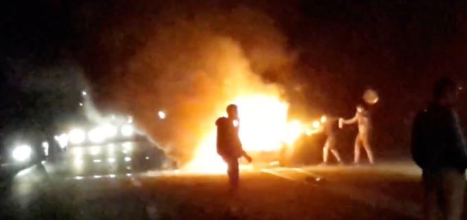 VIDEO: Accident grav în Tureni, șoferul a rămas blocat în mașina cuprinsă de flăcări
