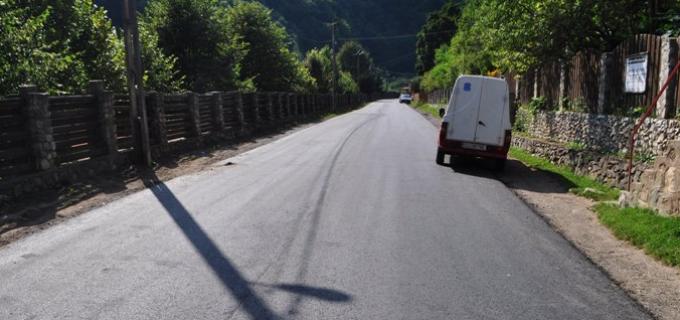 Aşternerea primului strat de asfalt pe drumul judeţean Turda – Bogata – Călăraşi, aproape de finalizare