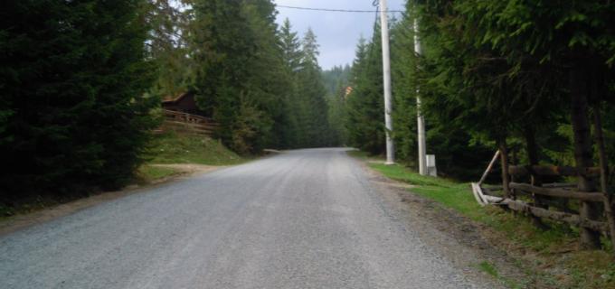 Pe drumul judeţean DJ 107R Băişoara – staţiunea Muntele Băişorii se trece la lucrări de asfaltare, după ce s-au executat deja şase kilometri de tratament dublu bituminos