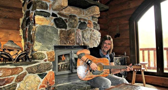 Libertatea.ro: Regele cu chitara! Solistul, caz unic în lumea muzicală românească, are propriul castel, acasa, la Turda