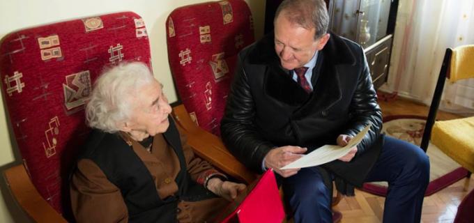 Doamna Miheț Valeria a împlinit onorabila vârstă de 100 de ani! Administrația locală i-a oferit un premiu, la împlinirea unui secol de viață