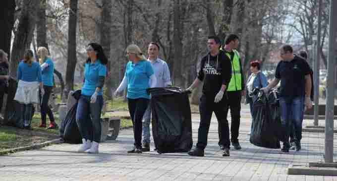 Acțiune de curățenie CAA în Parcul Central organizată în cadrul proiectului de responsabilitate socială ,,Adoptă un spațiu verde!''