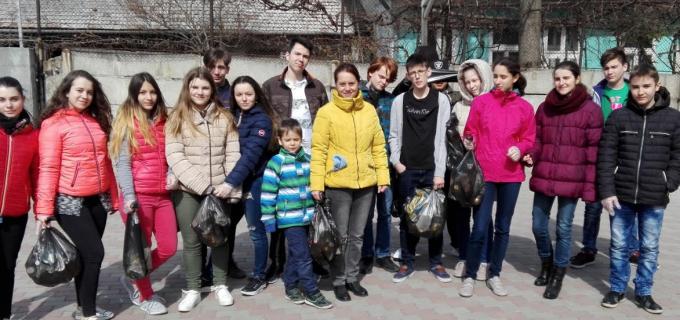 """Elevii Școlii Gimnaziale ,,Teodor Murășanu"""" se mobilizează pentru """"Luna curățeniei"""""""