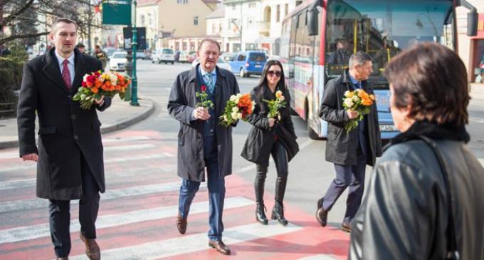 VIDEO/Foto: Administrația locală a dăruit flori doamnelor cu ocazia zilei de 8 martie