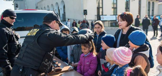 """VIDEO/Foto: Caravana """"Fii politist pentru o zi"""" la Câmpia Turzii"""