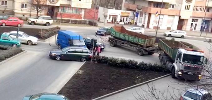 """VIDEO: La """"arat"""" cu camionul prin Turda"""