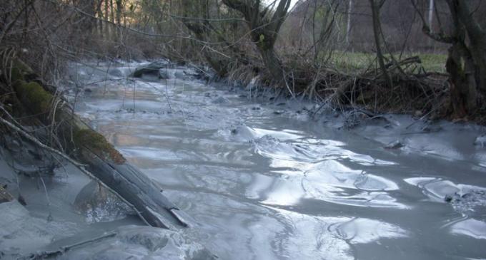 VIDEO: Poluare pe Valea Șesii! Sterilul toxic decantat a ajuns în râul Arieş după ce o sondă a cedat