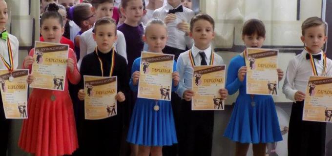 """Dansatorii turdeni au cucerit 8 medalii la """"Cupa Cetății"""" de la Alba Iulia"""