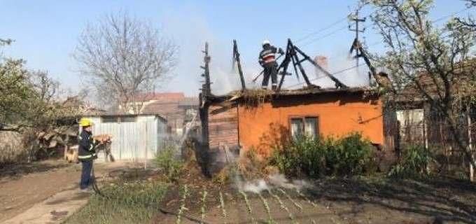FOTO: Incendiu la o casă de pe strada Petru Maior din Câmpia Turzii