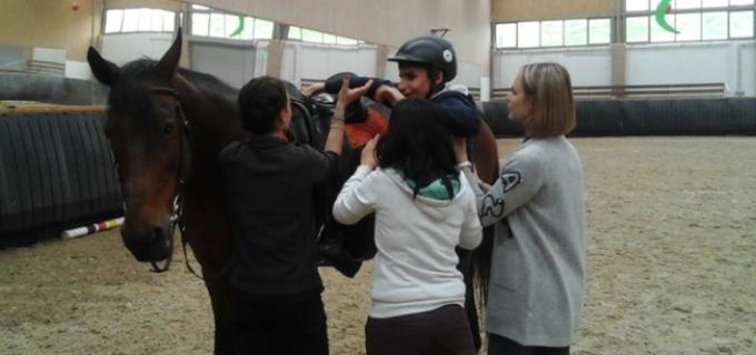 Clubul Rotary Turda a creat un parteneriat cu Centrul de Echitație Salina Equines Turda. Beneficiarii acestui proiect sunt copii de la centrul de recuperare