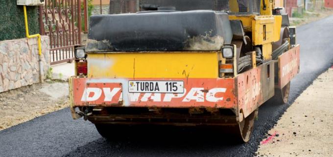 """Asfaltările continuă la Turda! Matei Cristian: """"Vă asigur că asfaltarea străzilor din municipiu este principala prioritate a administrației!"""""""