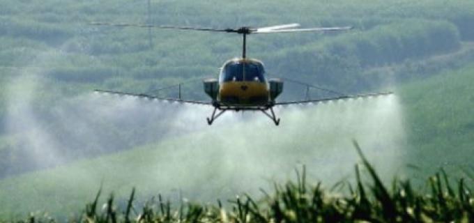 În această perioadă se execută tratamente fitosanitare prin stropire cu elicopterul asupra culturilor agricole