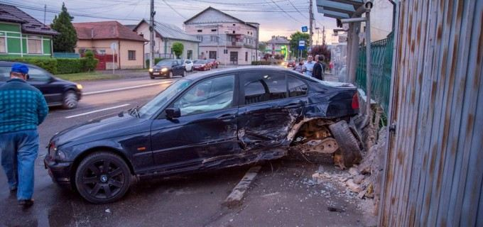 VIDEO/FOTO: Accident provocat de un șofer care fugea de poliție!