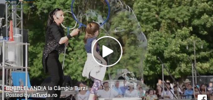 VIDEO: BUBBLELANDIA la Câmpia Turzii – Sute de copii au participat la cel mai așteptat moment #1iunie