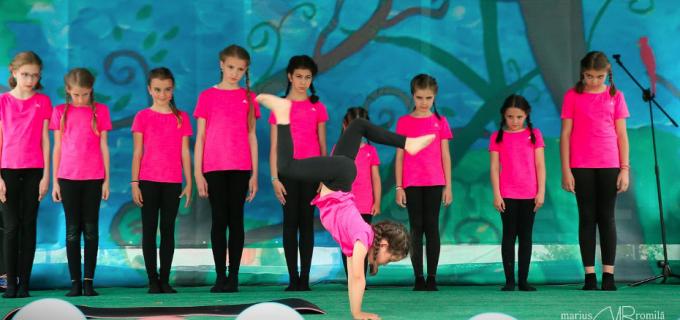 """VIDEO: Gimnastică ritmică la """"Sărbătoarea Copilăriei"""" de la Turda"""