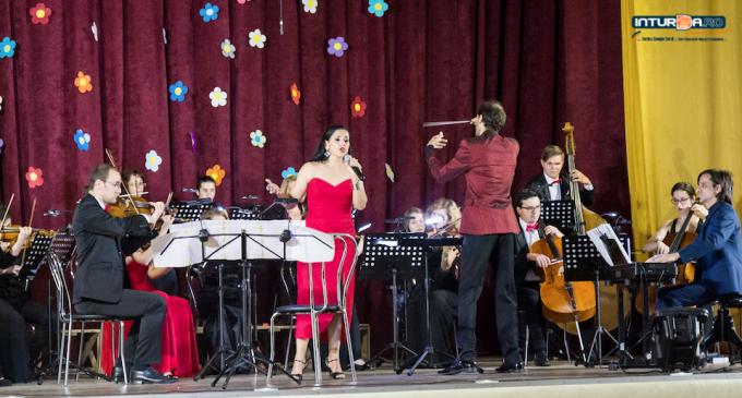 """VIDEO: Concert spectaculos la Câmpia Turzii. Analia Selis și """"Young Famous Orchestra"""" pe scena Palatului Cultural """"Ionel Floașiu"""""""