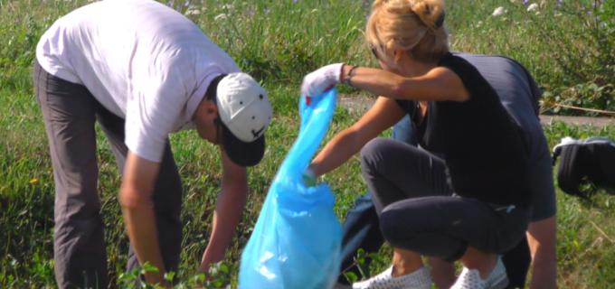 Zeci de voluntari participă la actiunea de igienizare a Castrului legionar de la Turda