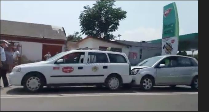 VIDEO: Accident rutier pe strada Ștefan cel Mare. Una dintre victime a fost transportată de urgentă la Spital