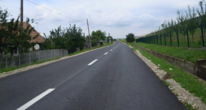 Au fost finalizate lucrările de asfaltare pe drumul județean Turda – Petreştii de Jos