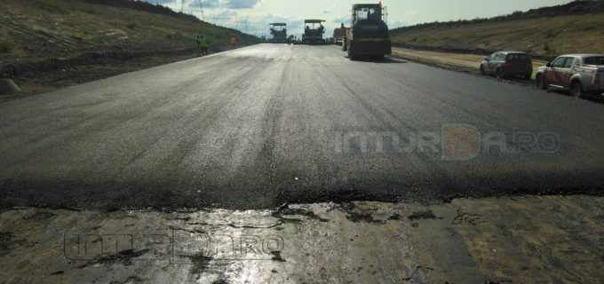 Foto: Primul asfalt pe autostrada Campia Turzii – Târgu Mureș