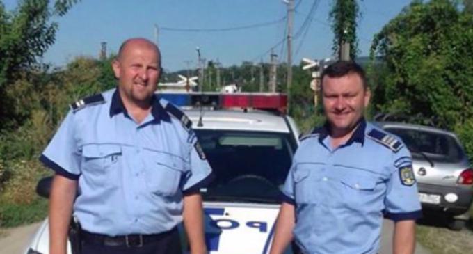Doi politiști au salvat viata unui copil! Agentii au sărit într-un lac și l-au salvat pe micut