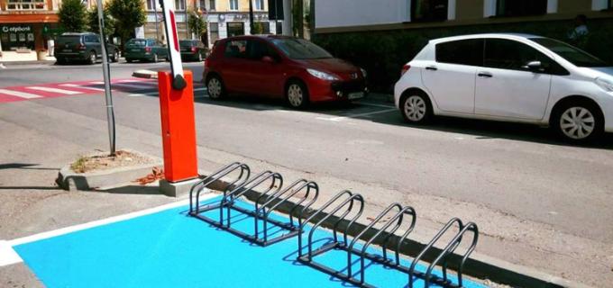 Suport pentru biciclete în parcarea Hotelului Potaissa