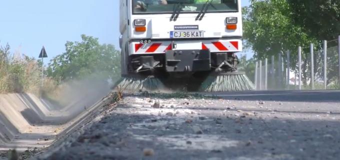Șoselele municipiului Turda spălate şi aspirate cu ajutorul unei maşini speciale