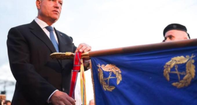 """Klaus Iohannis a decorat Drapelul de luptă al Batalionului 814 Tancuri """"MIHAI VODĂ"""" cu Ordinul Virtutea Militară în grad de Cavaler"""
