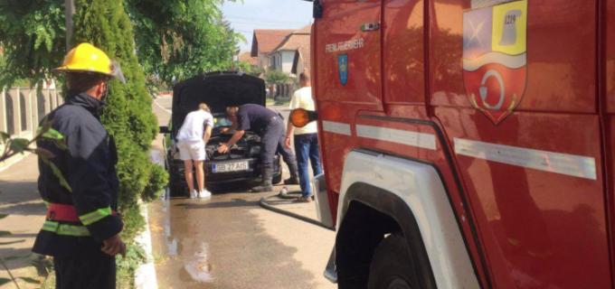 Un autoturism a fost cuprins de flăcări la Câmpia Turzii