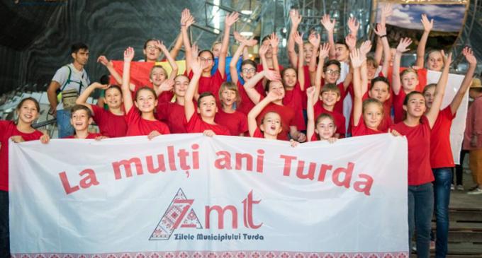 VIDEO: Flash mob în Salina. Turiștii au dansat pe Despacito alături de dansatorii turdeni