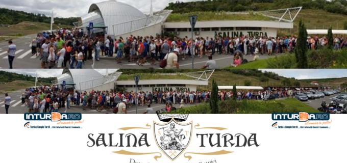 Foto: Mii de turiști la Salina Turda. Cozi de sute de metri la intrarea în mina de sare
