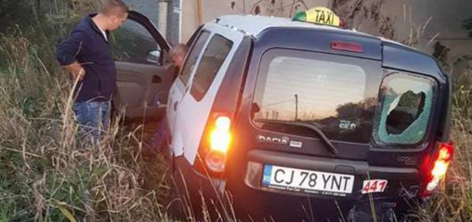 Foto: Accident in localitatea Tureni. Un șofer din Câmpia Turzii a fost proiectat direct într-o casă de pe marginea drumului
